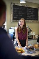 happy coffee serveerster foto