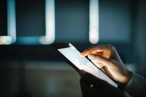 lege tablet bedrijf in vrouwelijke handen. onscherpe achtergrond foto