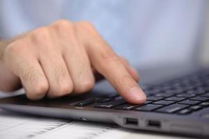 vinger met laptopcomputer