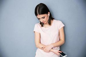 vrouw luisteren muziek in de koptelefoon foto