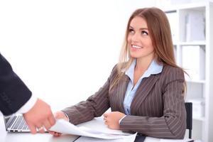 jonge zakenvrouw neemt financieel verslag foto