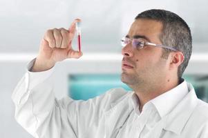 arts die een bloedtest diagnosticeert foto