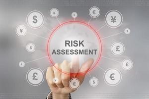 zakelijke hand duwen risicobeoordeling knop foto