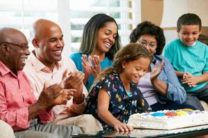 familie van meerdere generaties die de verjaardag van dochter viert