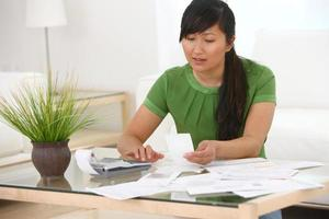 vrouw die werkt op financiën foto