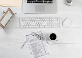 kantoor desktop met financiële belastingformulieren