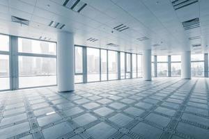 lege kantoorruimte in moderne kantoorgebouwen foto