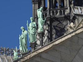 violet le duc kijk naar de torenspits van de notre-dame foto