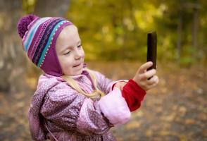 klein meisje foto maken met smartphone.