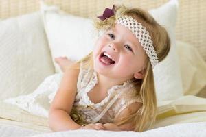klein meisje lachen foto