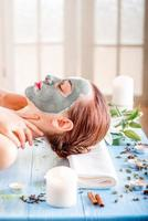 vrouw met spa-masker foto