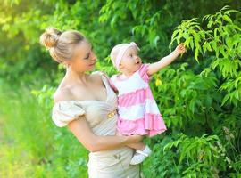 portret van gelukkige jonge moeder en babydochter foto