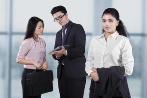 zelfverzekerde zakenvrouw met haar medewerkers foto