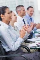 vrolijke medewerkers applaudisseren na presentatie foto
