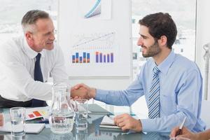 zakenman introductie van nieuwe werknemer foto