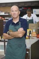 supermarktmedewerker en kassamedewerker foto