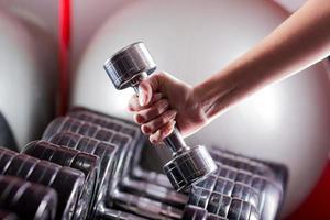 fitnessapparatuur. sport achtergrond. halter. kopieer ruimte foto