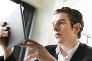 zakenman kijken naar zijn tablet foto