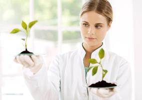 jonge bioloog experimenteren in laboratorium foto