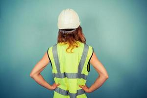 jonge vrouwelijke ingenieur in hoge vis en veiligheidshelm foto