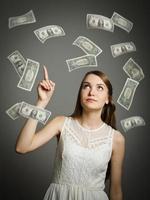 jong meisje in het wit en dollars.