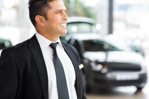 zelfverzekerde autodealer verkoper