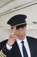 close-up van de vluchtkapitein die op vliegtuig groet