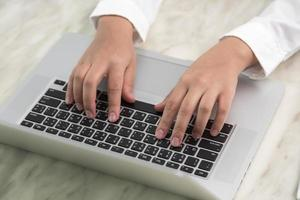 close-up van zakenvrouw hand typen op laptop toetsenbord