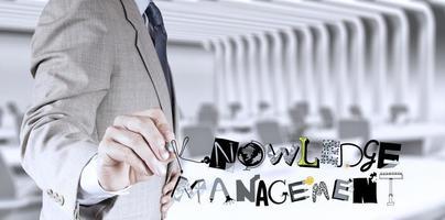 zakenman hand tekenen ontwerp woord kennisbeheer als con foto