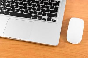 close-up laptopcomputer op houten tafel foto