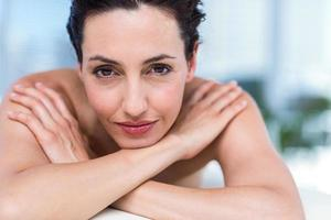 lachende brunette ontspannen op massagetafel