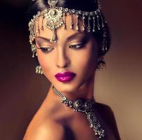 mooie Indiase vrouw portret met sieraden. foto