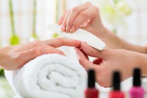 vrouw in nagel salon manicure ontvangen foto