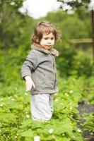 klein kind in de tuin foto