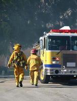 brandweerlieden lopen foto