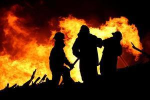 brandweerlieden en enorme vlammen foto