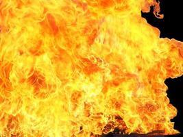 vuur geïsoleerd op zwart foto