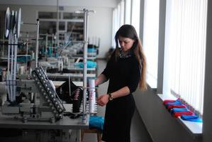 naaister in een kledingfabriek foto