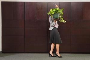 zakenvrouw dragende plant foto