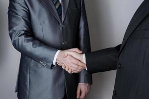 ondertekening van de overeenkomst en een handdruk foto
