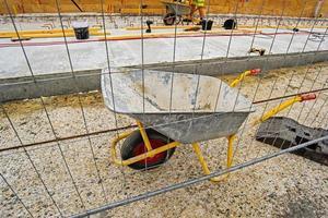 lege industriële handkar op de bouwplaats foto