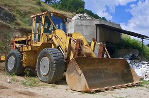 gele bulldozer foto