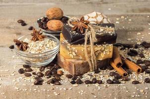 handgemaakte zeep met koffiebonen en kruiden