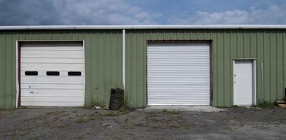 industrieel groen metalen magazijn met twee roldeuren foto