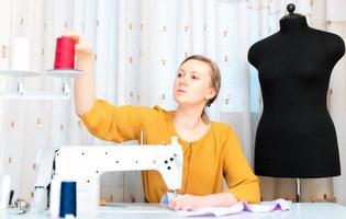 vrouw die werkt op naaimachine in de fabriek. foto