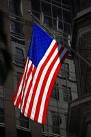 Amerikaanse vlag tussen de gevels van gebouwen foto