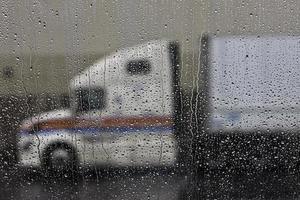 semi vrachtwagen in de regenachtige voorruit foto