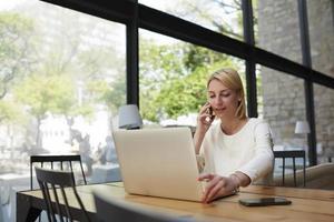 slimme succesvolle vrouw op het werk breken met net-boek foto