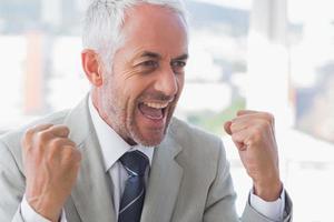 succesvolle zakenman juichen foto