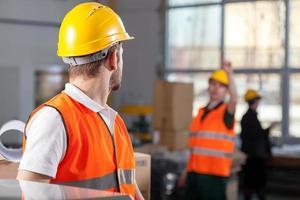 arbeiders tijdens baan in fabriek foto